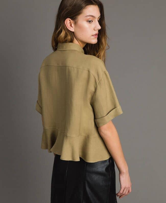 חולצה קצרה מכופתרת בצבע זית