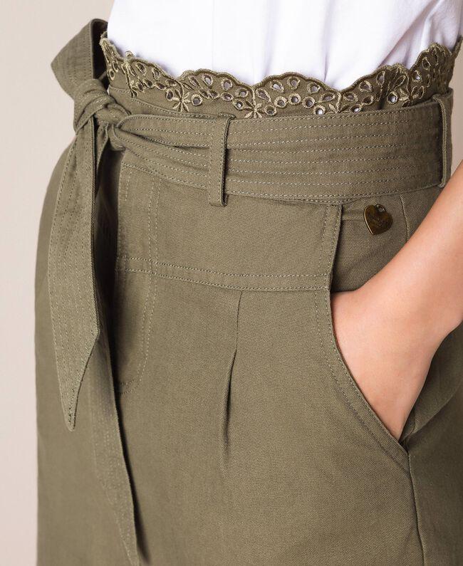 חצאית עד הברך בצבע זית עם חגורה ושסע קידמי