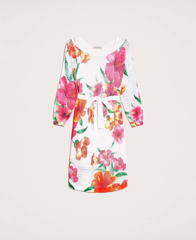 שמלה לבנה מאריג רשת עם דוגמת פרחים צבעוניים. אורך מיני, שרוול עד המרפק