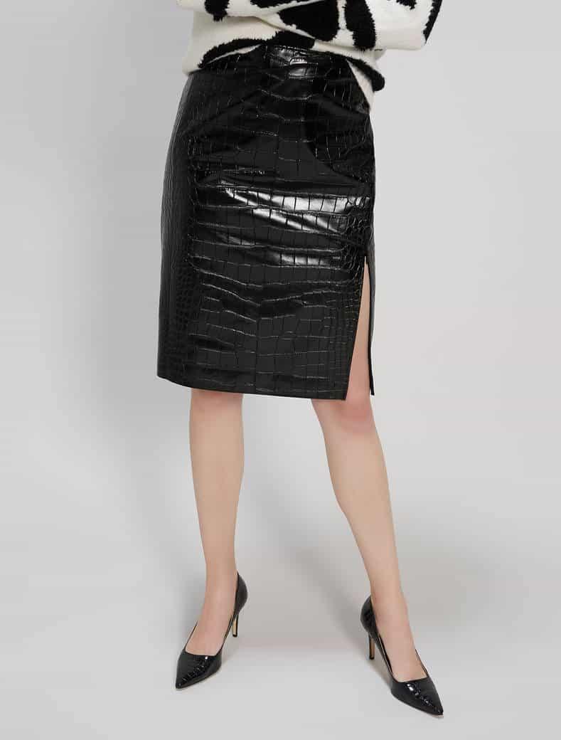 חצאית שחורה מבריקה בארוך הברך עם שסע