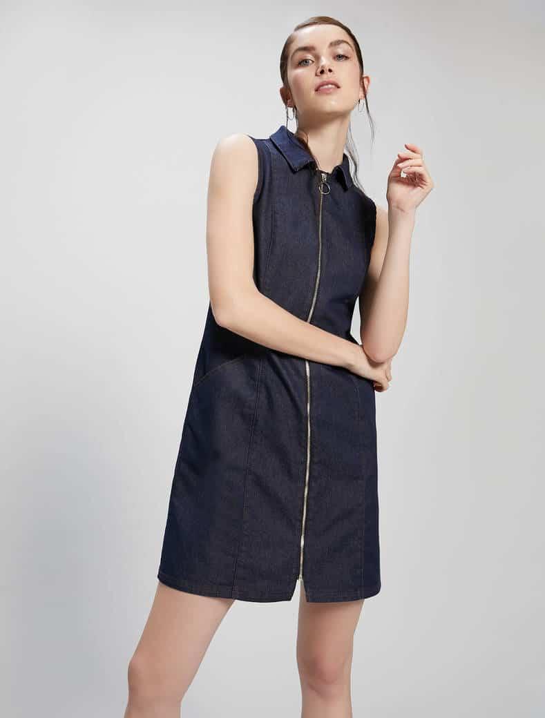שמלת ג'ינס ללא שרוולים עם ריצ'רץ' לכל האורך