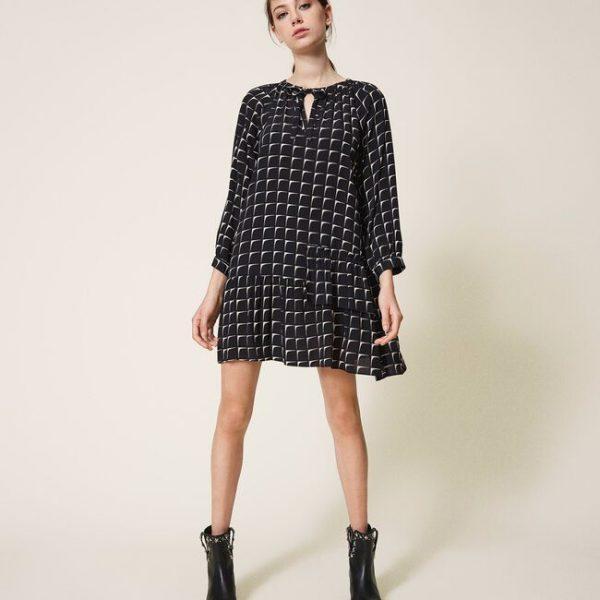 שמלת הדפס שחורה בגזרה נשית