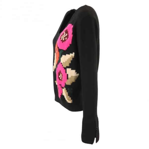 סריג שחור עם רקמת פרחים