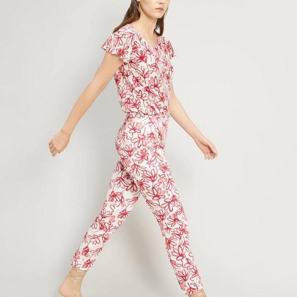 מכנסיים עם פרחים אדומים