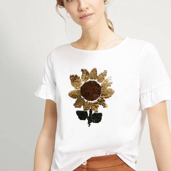 טי-שרט רקום עם פרח מפאייטים